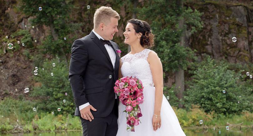 Ida Hjerppe och Kim Björke i Tau i Norge vigdes lördagen den 13 augusti på Stallhagen i Finström. Vigseln förrättades av Peter Rikberg. Kim Björke är bördig från Mariehamn. Det gemensamma efternamnet blir Björke.