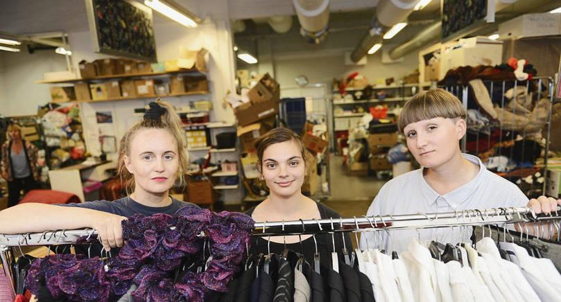 KLÄDNORMER Manligt eller kvinnligt? Varför uppfattar vi kläder på ett visst sätt? Minna Palmqvist, Linnea Sundblom och Matilda Karlsson höll i går en workshop i samband med prideveckan som handlar om klädstereotyper och normer.