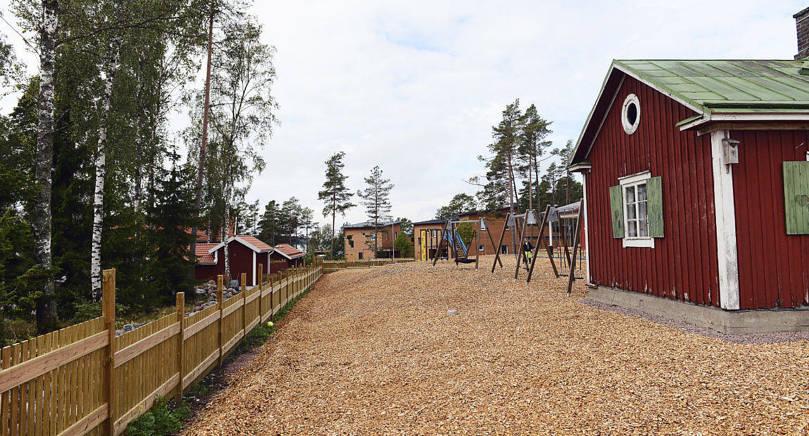 HÖJDSKILLNAD Den upphöjda dagisgården måste göras om så att höjdskilllnaderna återställs till det ursprungliga.