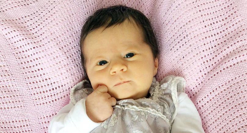 """Den 1 augusti kl 09.21 föddes Theos och Liams lillasyster. Hon vägde då 3.970 gram och var 50,5 cm lång. Föräldrar är Maria-Theres Nyqvist och Lefteris """"Dimi"""" Christos. Familjen bor i Godby."""