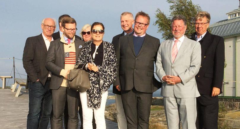 BESÖK Från vänster Brage Eklund, Shawn Waddoups (skymd), Mats Löfström, Åsa Mattsson, Vera Risteski-Adams, Roger Nordlund, Johan Ehn, Charles C. Adams och Bert Häggblom.
