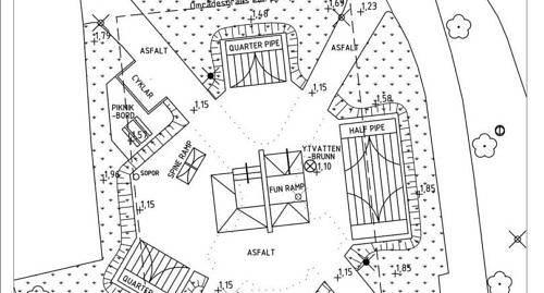 """NYA SKEJTPARKEN Den stora en """"half pipe""""- rampen i parkens �stra del �r en av tre ramper som byggs i h�st."""