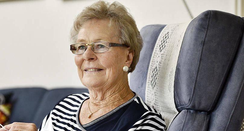 EN STILLA STUND Anna-Lisa Mattsson har tagit det litet lugnt efter en knäoperation. Då passar det bra att sticka en Jemenväst eller två.
