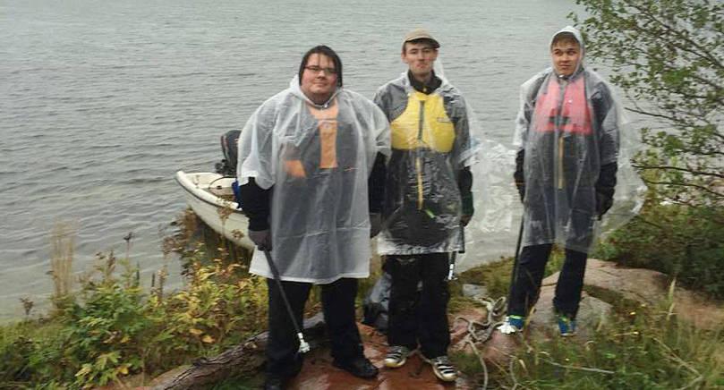 STÄDAT I UR OCH SKUR Tre killar ställde upp på att utan ersättning städa Mariehamns stränder, Simon Lindh, Samuel Aaltonen och Christoffer Jansson.