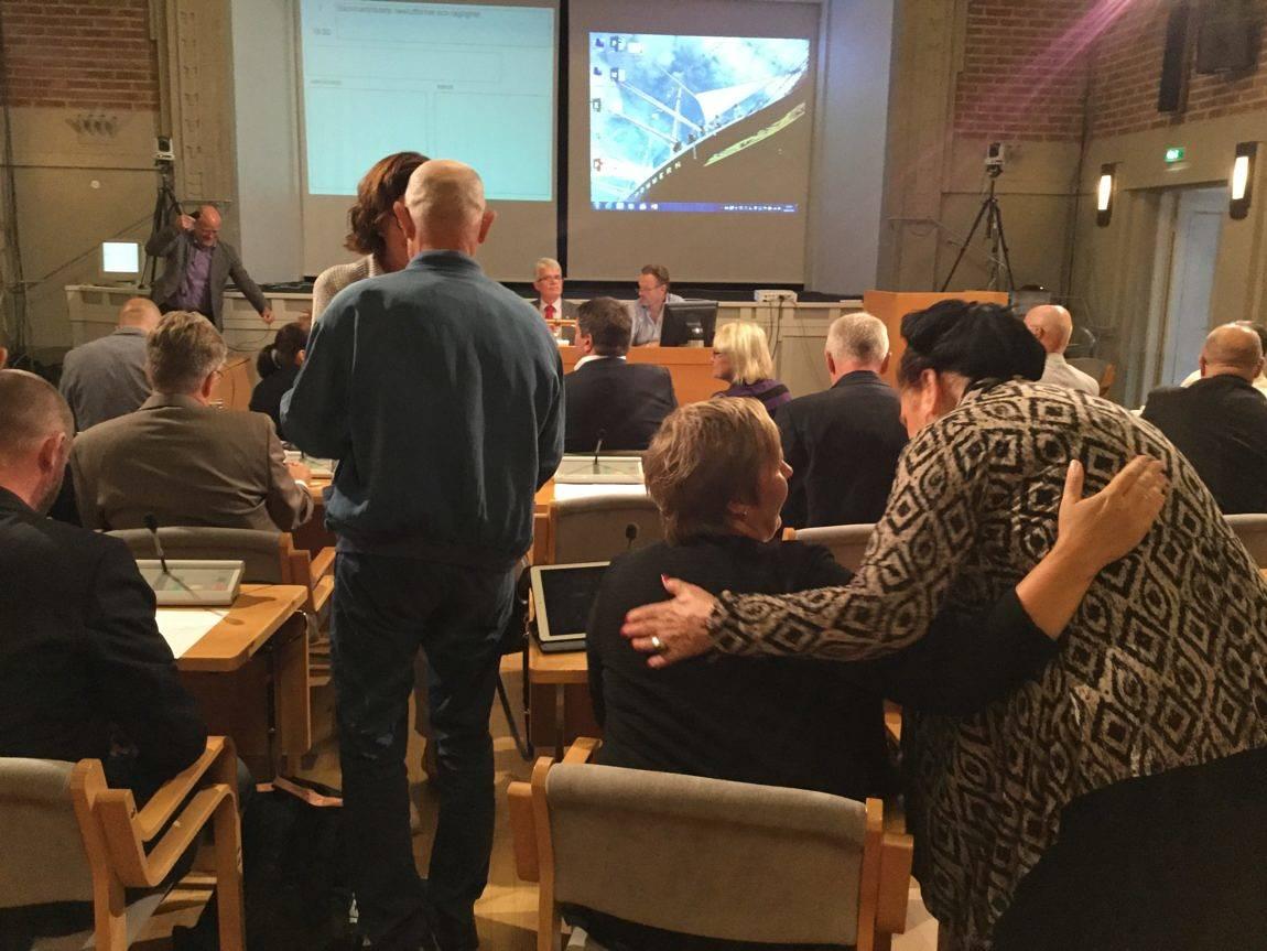 KÄRT ÅTERSEENDE Det blev en del kramar då Mariehamns fullmäktigeledamöter samlades igen efter sommaruppehållet.