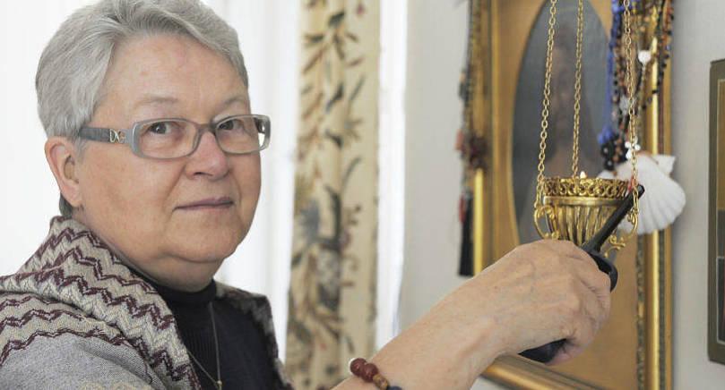 BÖNEPLATS Mitt i sitt hem möter Gudrun Carlsson sin Gud i djup tacksamhet. Hon är därtill Mariehamns församlings flitigaste kyrkobesökare. Hon ses på sin plats på femte bänkraden snart sagt        alla söndagar.