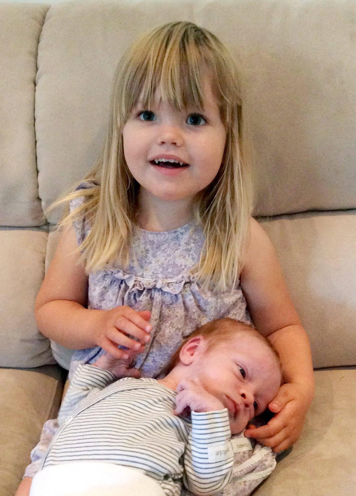 Simone, 3 år, har fått en lillebror som ska heta William. Vid födseln den 18 augusti vägde han 3.115 gram och var 49 cm lång. Föräldarna heter Sofie Henriksson och Thomas Appel och familjen bor i Mariehamn.