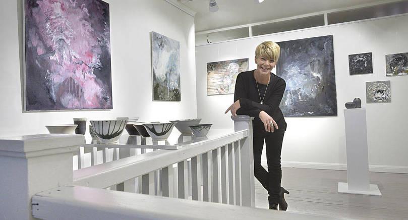 BALANS Anna Lind-Bengtsson ställer ut keramik och oljemålningar på Galleriet under oktobermånad. Skapandet är ett sätt att hitta balans i livet säger hon.