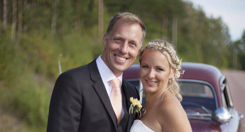 Sandra Eriksson och Robert Jonsson i Finström Tjudö vigdes den 6 augusti i Finströms kyrka. Det gemensamma efternamnet blir Lignell, ett gammalt släktnamn från brudens sida. Vigselförrättare var kyrkoherde Jon Lindeman.