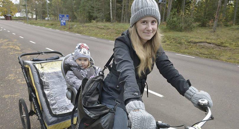 PÅ VÄG HEM Renata Modra är på väg hem från dagis med Annija. I bakvagnen sover minstingen Elias.