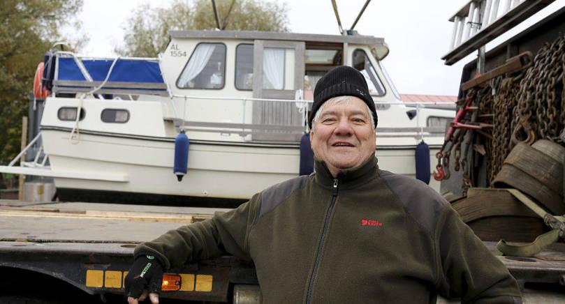 TAR UPP BÅTEN Mats Donner tar upp båten för säsongen. Snart är det vår, då börjar karusellen om igen.