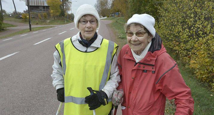 KRUTGUMMOR Maja Sundqvist och Elvi Holmström bor båda i Hammarland, Kattby och har promenerat tillsammans varje dag i 16 år.