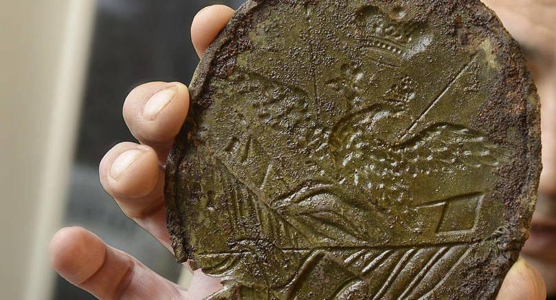 FORNMINNESBROTT Mannen med metalldetektorn åtalas nu för fornminnesförseelse. På bilden visar han upp ett av de föremål han hittade i Getamyllan i december i fjol.