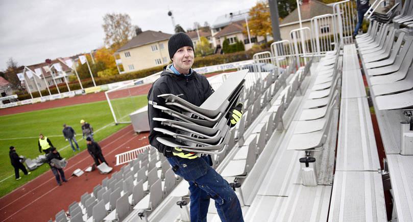 FRIVILLIG Niklas Ehn är en av dem som hjälpte till med bygget av den extra läktaren på WHA inför dagens guldmatch.