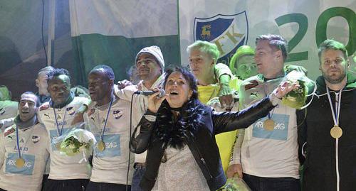 """S�NG Carola Larsson sj�ng s� klart """"We Are The Champions""""."""