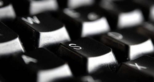 �L�NDSKA OFFER. Den �HS-anst�llde l�karen misst�nks ha beg�tt sig skyldig till grovt dataintr�ng d� han olovligen l�st 285 personers patientjournaler. Bland de drabbade finns �l�nningar.