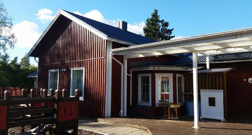 TÖMS Huset i Lemland Järsö som använts av Saltkråkans dagis ska saneras, eller möjligen rivas. Fuktskador finns i den äldre delen Norrkulla som ses på bilden.