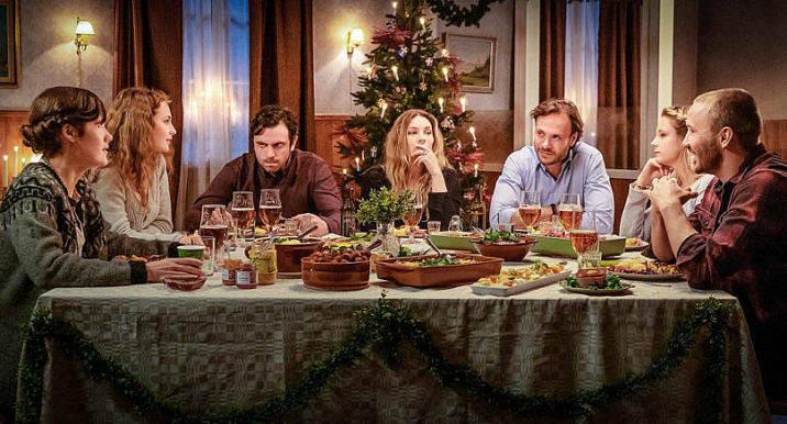 ÅLÄNDSKT I teveserien Tjockare än vatten som sänds i Sveriges TV1 är det åländska inslaget påtagligt. Serien sägs utspela sig på Åland, Åland nämns titt och tätt och på julbordet finns Stallhagens öl, Lasses hemsenap och åländska flaggor.