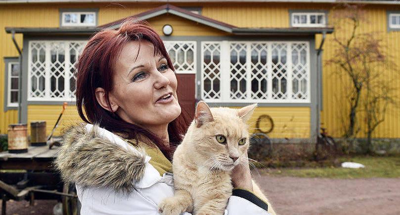 FYLLER 50 Tina Dahlblom-Landell tillsammans med katten Uno framför gamla husmodersskolan i Saltvik Kvarnbo där hon bor och arbetar sedan 2008.
