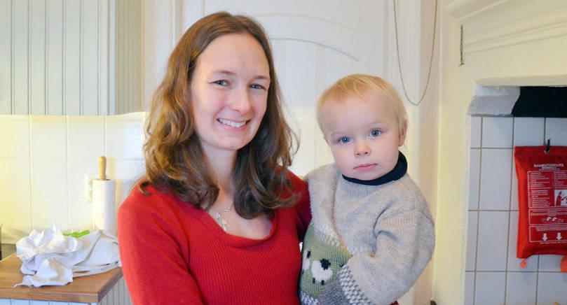 JULPYSSEL Dagens ålänningar Anna Häggblom och dottern Elisa är på Villa Carita för att lära sig göra marschaller.