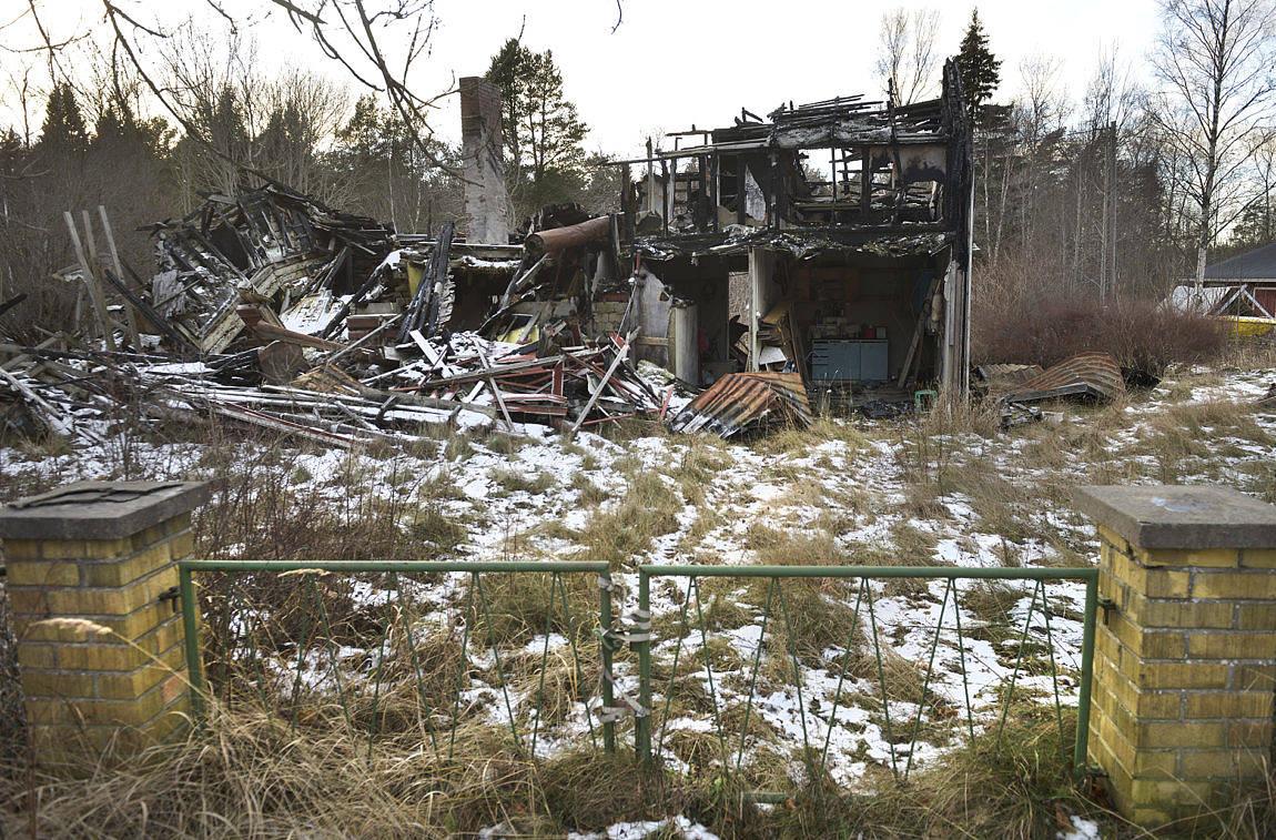 TOTALFÖRSTÖRT Huset vid Bistorpsvägen i Lemland byggdes ursprungligen på 1860-talet och har byggts om och till flera gånger. Den 10 april 2013 totalförstördes det i vad som antas vara en anlagd brand. Ägaren, som misstänks för försäkringsbedrägeri, stod inför rätta i går. I dag fortsätter rättegången.