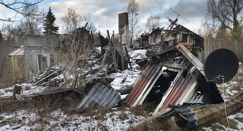 ANNAN SLUTSATS Efter två timmars besök på brandplatsen kom professor Ulf Wickström från Sverige fram till en annan slutsats om brandorsaken än de åländska brandteknikerna under sitt tvådagarsbesök. Så här ser husruinen på Bistorpsvägen ut i dag.