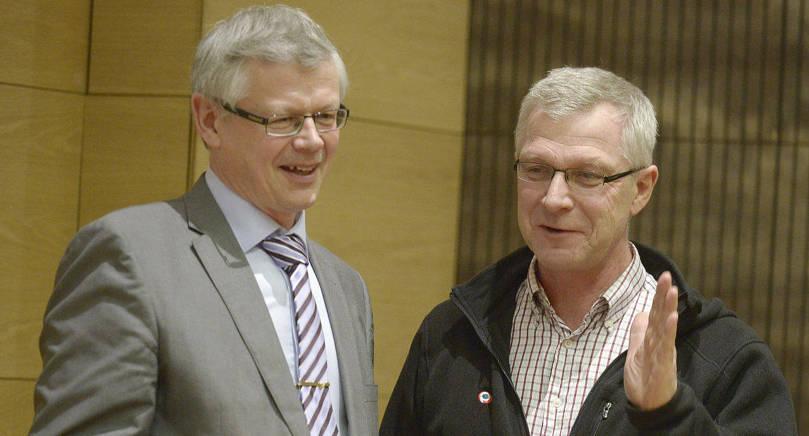 HÅRT MOT HÅRT Harry Jansson och Roger Nordlund, två av självstyrelsens Centerveteraner, är nöjda med att landskapsregeringen markerar mot riksregeringen..