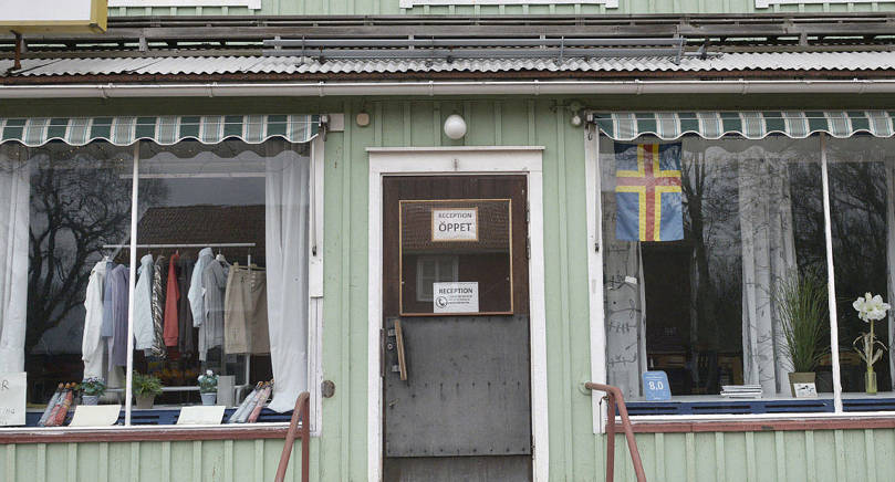 ÖPPET Storby logi är öppet och företagaren är återflyttad efter avtjänat fängelsestraff i Sverige. Nu krävs han, makan och bolaget Kombo Åland på flera hundra tusen euro i obetalda lån av Ålandsbanken.