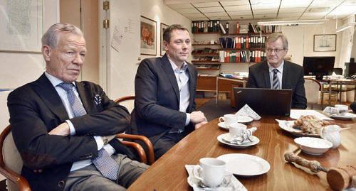INVESTERINGSPROGRAM Wiklöf Holding klubbade investeringsprogrammet för nästa år i onsdags. Från vänster ägaren Anders Wiklöf, Dan-Johan Dahlblom, vd för Mathias Eriksson och Wiklöf Holdings vd Nils Lampi.