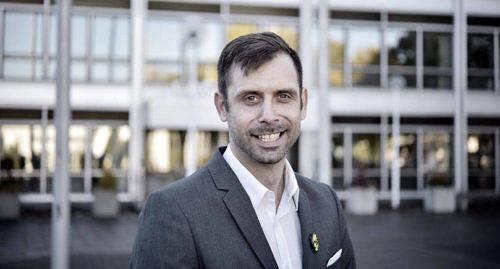 ÅTALADES 2006 Lagtingsledamot Fredrik Fredlund (Ob) åtalades för misshandel 2006, också då mot en ung kvinna. Efter att parterna förlikade lade åklagaren ner åtalet och det blev ingen rättegång. Bilden togs när Fredlund valdes in i lagtinget förra hösten.