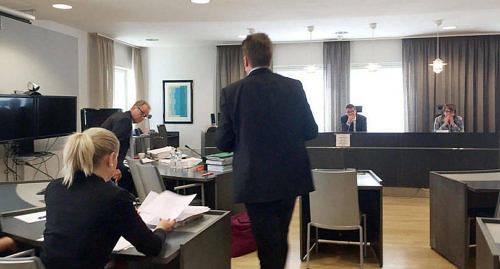 MUTA ELLER INTE? Den 26 januari tar högsta domstolen upp statsåklagare Christer Lundströms besvär mot Åbo hovrätts förkastade åtal om givande respektive tagande av muta mot förra landskapsåklagaren Jens-Erik Budd och en ung kvinna som var part i ett brottmål där Budd var åklagare. Bilden togs under rättegången i Åbo hovrätt i juni.