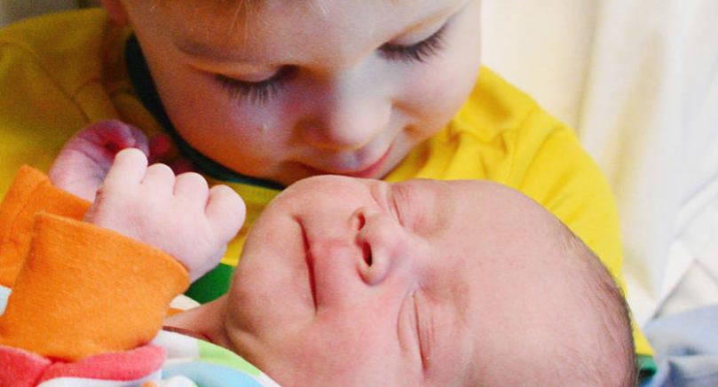Folke föddes den 29 november som lillebror till Elis, 2 år. Folke hade födelselängden 48 cm och vikten 3040 gram. Föräldrar är Jessica Josefsson och Robert Sundström i Mariehamn.