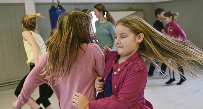 ÄN SLANK DET HIT Nora Hellman och Doris Eriksson dansar Gustavs skål, en folkdans från Korpo.