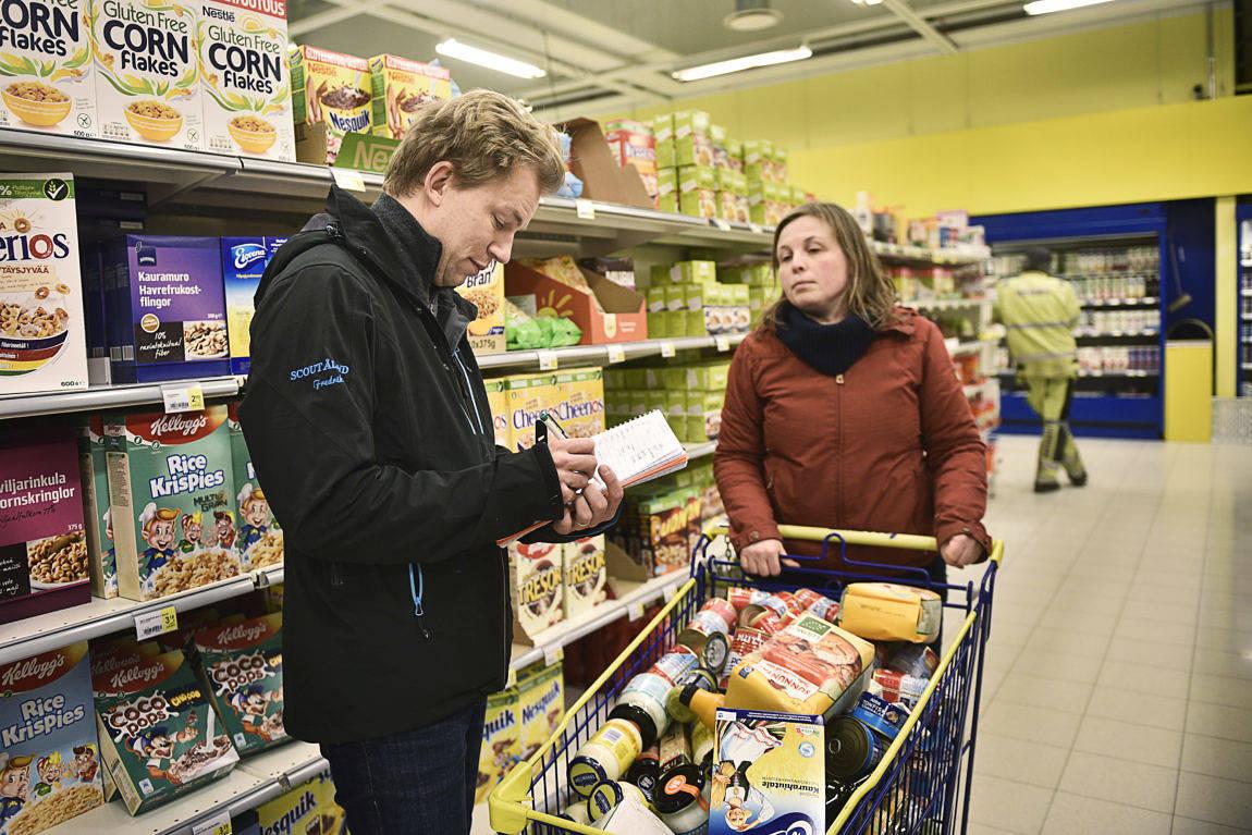 PRICKA AV Vi träffas i gången och stämmer av: Köpte du avokado? Har du risgrynen? På bilden Fredrik och Karin Erlandsson.