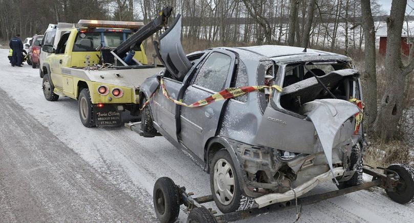 VOLTADE Halkan och den dåliga sikten orsakade bilen att köra av vägen och volta. Föraren fördes till sjukhus.