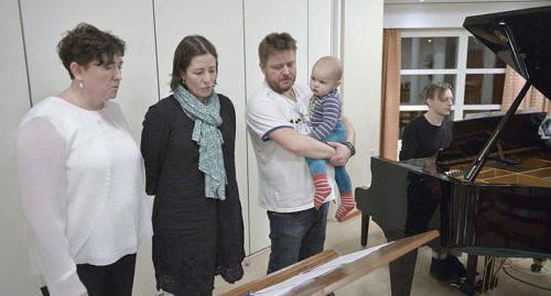 Körledaren Sara Kemetter (till vänster) tillsammans med Cathrin Blomberg och Sami Lehtinen med sonen Aril Sjöblom. Vid pianot sitter Peter Komorowski.