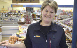 GLAD PÅ JOBB Eva Aleksejeva driver Vårdöbutiken med en syster och trivs med Vårdöborna som hon säger vara fullt tillräckligt köptrogna.