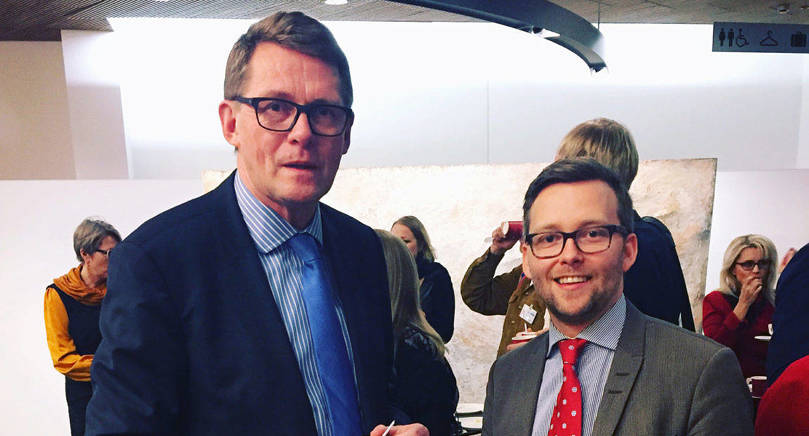 ÅLANDSVÄN Matti Vanhanen har under sin karriär visat lyhördhet för självstyrelsen, nu gör han det också i fråga om en åländsk plats i Europaparlamentet. Bilden togs i december 2015 då Vanhanen var på julglögg hos Ålands riksdagsledamot Mats Löfström i riksdagen.