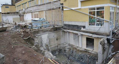 LÄCKER Det var när den här gropen grävdes invid Magazinbyggnaden som grus och vatten började läcka in i Citylivs personallokaler.