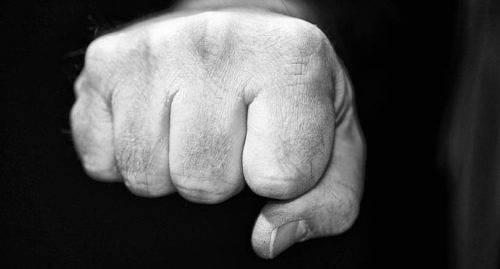 MISSHANDEL En man dömdes till fyra månaders villkorligt fängelse för misshandel, hemfridsbrott och lindrig skadegörelse. Mannen har bland annat riktat knytnävsslag i ansiktet, tagit strypgrepP och stampat en annan man på huvudet.