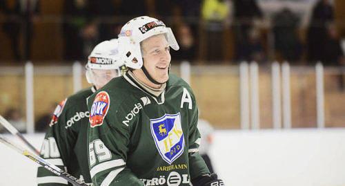 LEENDE PÅ LÄPPARNA Robin Englund gjorde två mål för IFK i söndagens hemmaseger mot Solna SK. IFK leder nu Fortsättningstrean fyra poäng före Älta, som dessutom har spelat tre matcher mera.