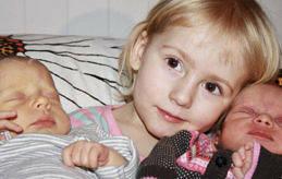 De här tvillingflickorna föddes tisdagen den 10 januari. Klockan 9.06 föddes Linnéa och hon vägde 3¿325 gram och var 51 cm lång. En minut efter, klockan 9.07, föddes Hanna som vägde 2¿790 gram och var 46 cm lång. Föräldrarna heter Ingeborg och Henrik Lindeman, storasyster är Vera. Familjen bor i Mariehamn.