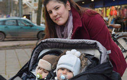 LÄR SIG SVENSKA Gùlcan Tursak är på väg till Medis för sin kurs i svenska. I vagnen sitter barnen Darin, ett år och Baran, två år.