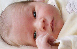 Det här är Viktor, född i Åbo den 17 januari klockan 12:16. Vid födseln var han 51 cm lång och vägde 3440 gram. Föräldrar är Jessica Simons och Johnny Lindell i Finström Vestansunda.