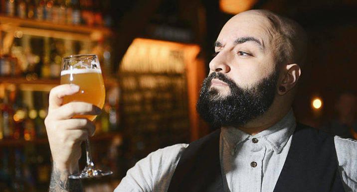 MOGEN FÖR  MIKROBRYGGERI Jouya Shafiei satsar i år på att anlägga ett litet bryggeri i Skottland. I Nyan återkommer han som ölskribent. Han kan bland annat berätta om öl i kakor. F