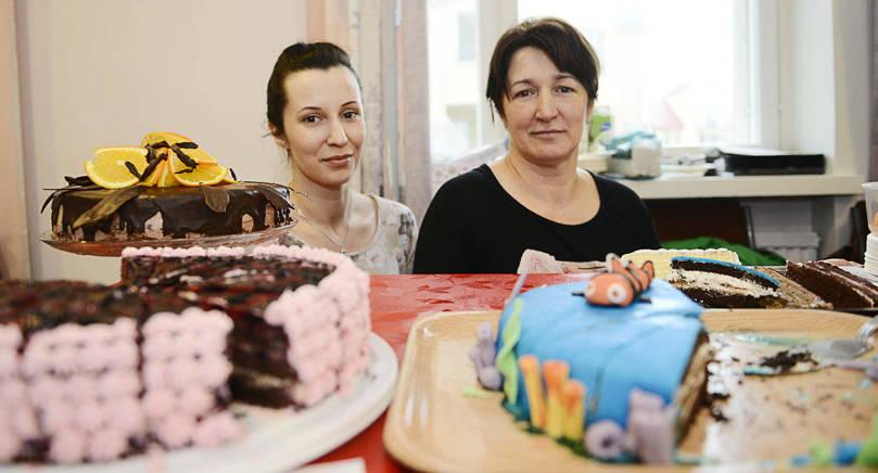 FRÅN BOSNIEN Mirnesa Kandzic och hennes mamma Fata Zukancic serverar bosniska smakprov på Medis restaurangdag.