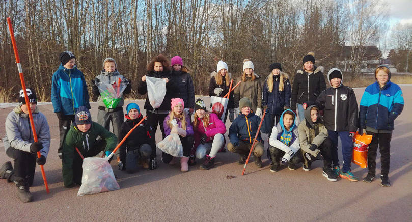 STÄDAT RUNT STRANDNÄS SKOLA Eleverna samlade ihop skräpet förra veckan i skolans närmiljö.