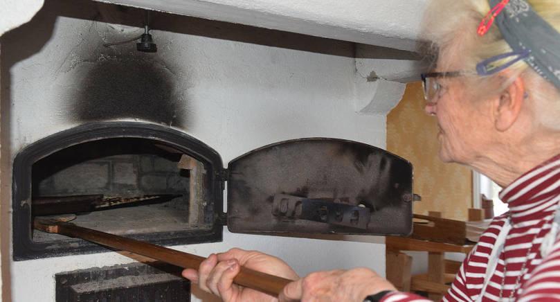 UT UR UGNEN Freya Darby tar ut en plåt med nygräddade karelska piroger.
