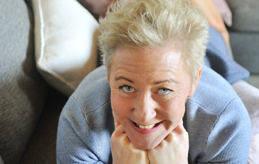 LANDAT PÅ LUGNET Eva Karlström fick beröm för sina snygga ben första gången Fredrik och hon träffades. Nu har de varit ett par i 17 år. I Pratstunden avslöjar hon nya planer för SteelFM och att BagelBee ska utökas med ett café i centrum.