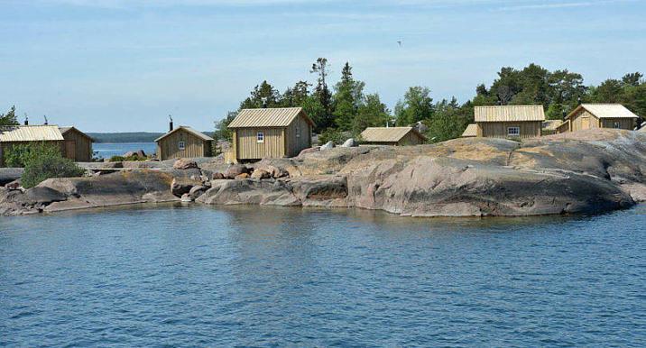 TÄVLAR Klobben, som tillhör Silverskär, påminner om ett gammalt fiskeläge med tio övernattningsbodar, en lotsstuga, bastu, utedass och en saltarbod.